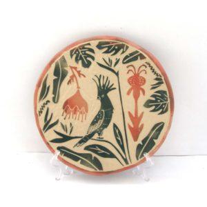 Plato Cacatúa Tropical cerámica ilustrada artesanal esgrafiado