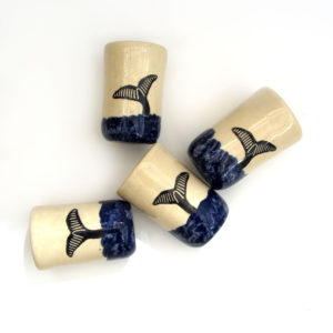 Vaso ballena cobalto cerámica ilustrada artesanía de galicia